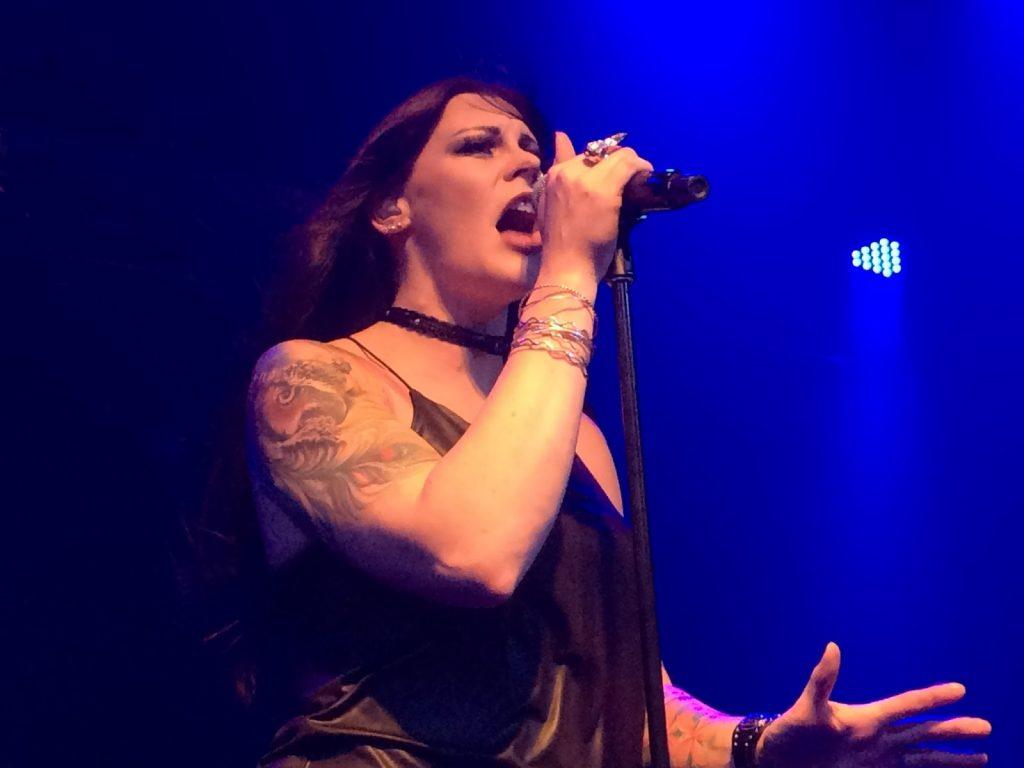 A vocalista Floor Jansen cantando em apresentação em Porto Alegre