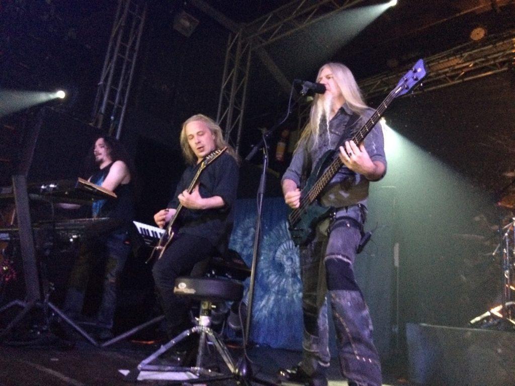 Integrantes Tuomas Holopainen (teclado), Emppu Vuorinen (guitarra) e Marco Hietala (baixo).