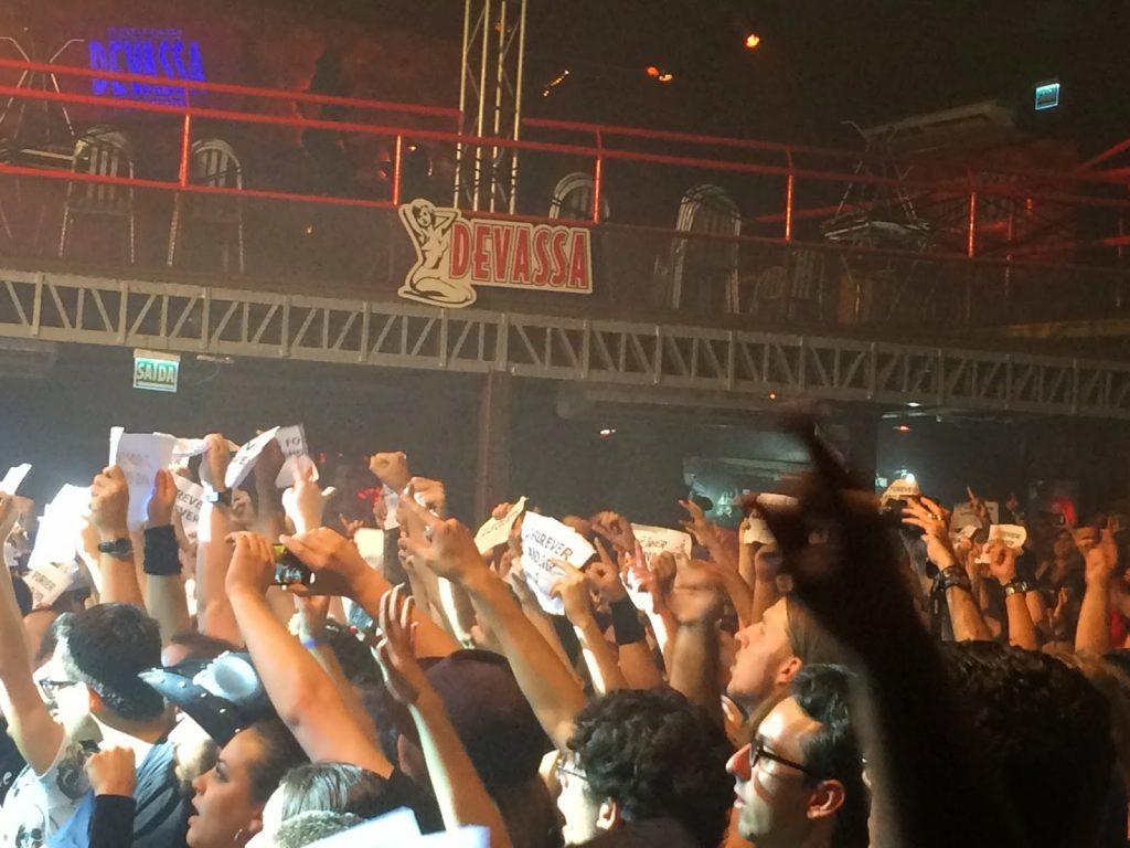 Público de mãos erguidas na apresentação do Epica em Porto Alegre.
