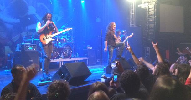 Foto do Angra se apresentando no palco do bar Opinião em Porto Alegre.
