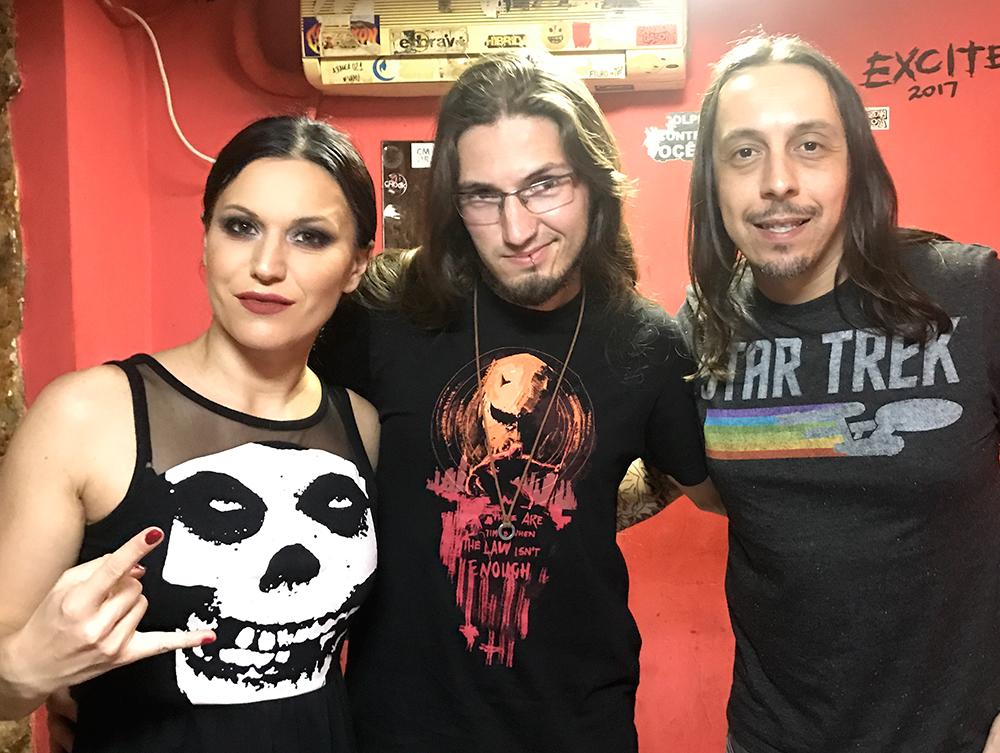 Foto no camarim do Teatro Odisséia, no Rio de Janeiro, com o Lacuna Coil. Da esquerda para a direita: Cristina Scabbia, Lucas Steinmetz (do Heavy Talk) e Andrea Ferro.