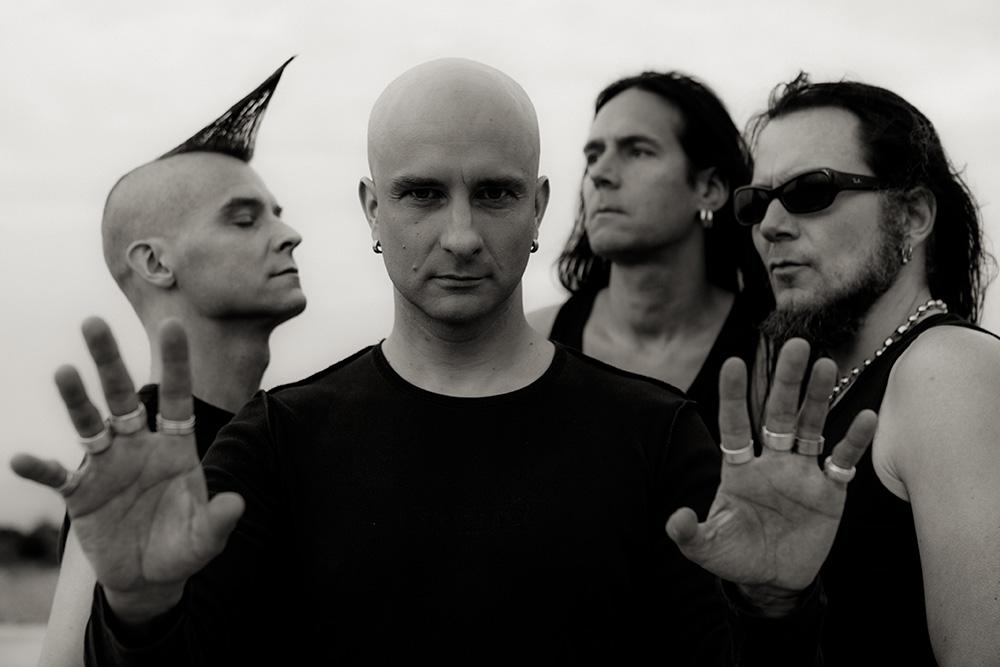Foto promocional em preto e branco da banda Maj Karma