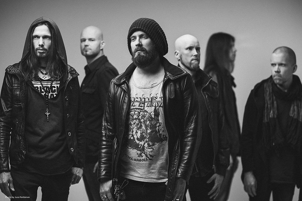 Foto promocional em preto e branco da banda Swallow The Sun